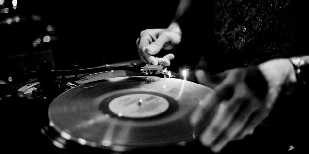 Imagen en blanco y negro de un disco de vinilo