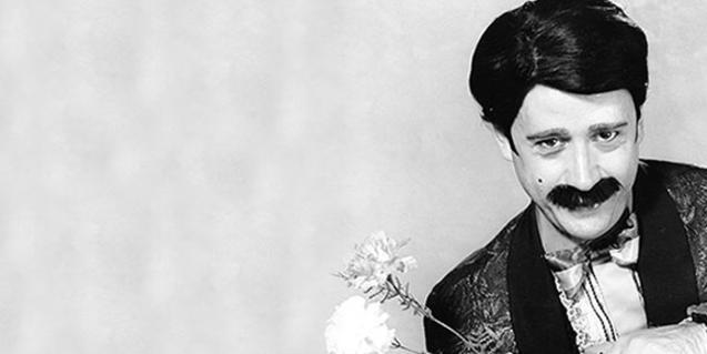 L'actor Oriol Genís caracteritzat del seu personatge i amb una flor a la mà