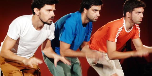 Els tres intèrprets de l'espectacle, fent veure que munten a cavall