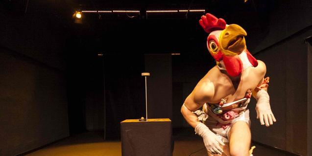 L'artista Quim Girón disfressat amb un cap de pollastre en plena actuació