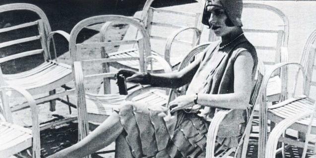 Una mujer rica toma el sol en la Costa Azul en una escena del film de Jean Vigo