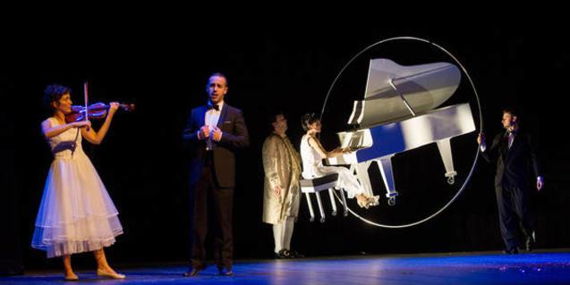 Fotografia de l'espectacle, escenari amb piano de cua actors i músics