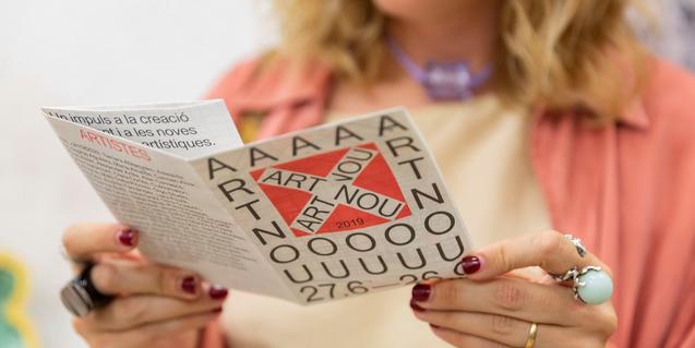 """Una visitante leyendo el programa de mano de """"Art Nou"""""""