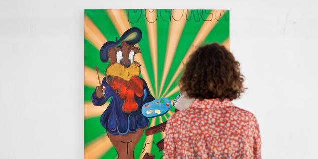 Una visitante contemplando una obra de arte en una galería