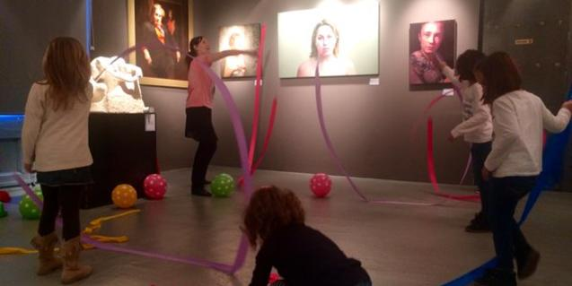 Nens ballant a una sala del museu