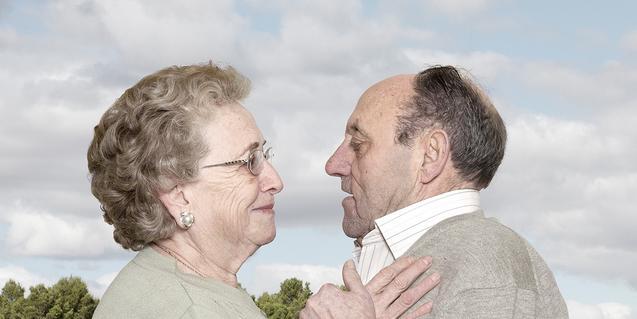 Una imatge d'aquesta fotògrafa mostra una parella de persones grans abraçades amb un paisatge de fons