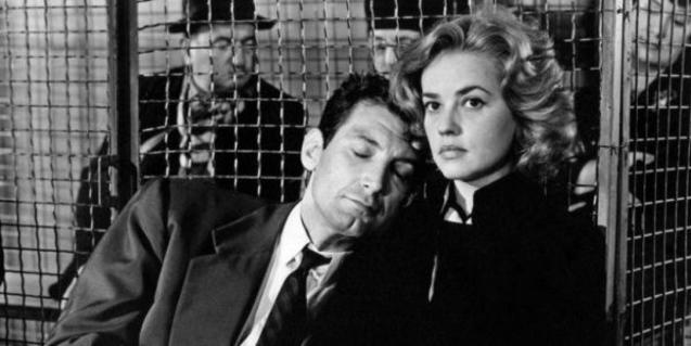Un home dormint recolzat sobre l'espatlla d'una dona, dins d'una presó.