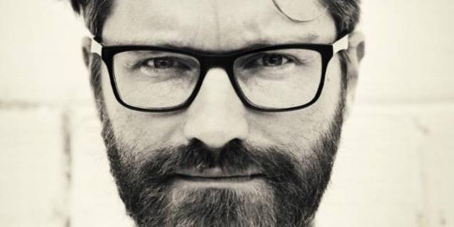 Retrat de primer pla del músic belga amb barba i ulleres