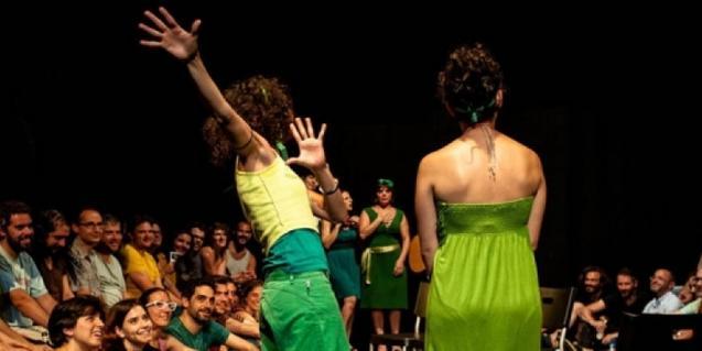 Dues actrius davant del públic, en una sessió anterior d'aquestes sessions d'improvisació