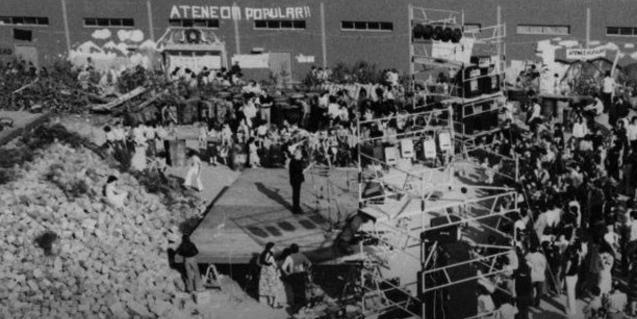 Una imagen de hace 40 años con los vecinos del barrio reunidos en la antigua planta asfáltica