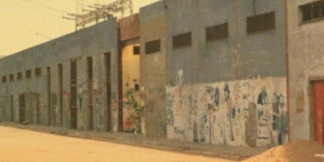 Fotografia antiga de la planta asfàltica que es va convertir en l'Ateneu