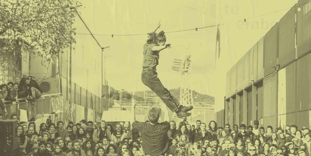 Una imagen en tonos sepia de una actuación en el espacio exterior del Ateneo