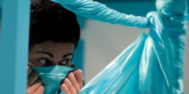 Fotografía de la bailarina con un pañuelo tapándose la cara