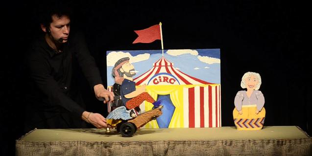 Fotografía del espectáculo con el titiritero y el títere principal