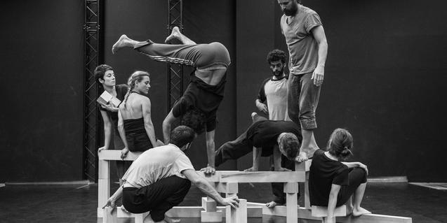 Fotografia en blanc i negre dels ballarins fent equilibris sobre blocs de fusta