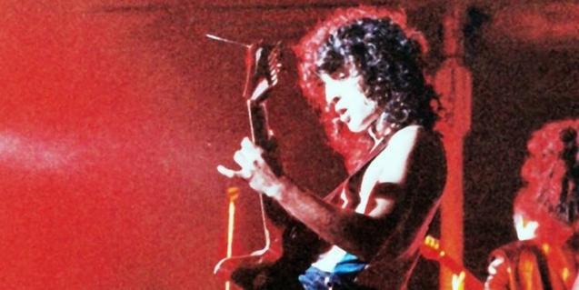 Un músico de rock que toca la guitarra, en el cartel que anuncia el film