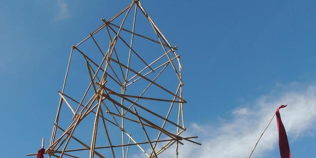 Fotografia de l'esructura feta amb canyes