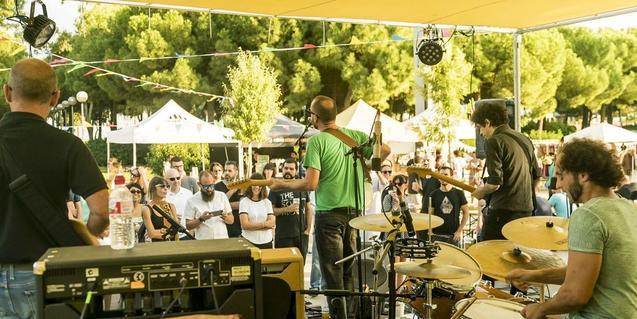 Una imatge d'una banda tocant davant del públic durant la segona edició del festival