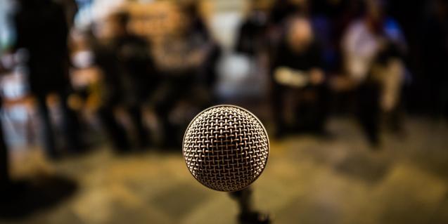 pla detall d'un micròfon