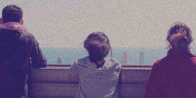 Imagen de los tres protagonistas de espaldas y mirando el paisaje de Barcelona