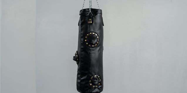 Una de las obras del artista muestra un saco de boxeo hecho con tela asfáltica