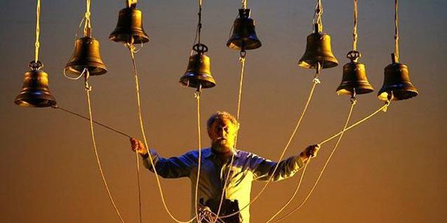 L'intèrpret en plena actuació tocant les seves campanes
