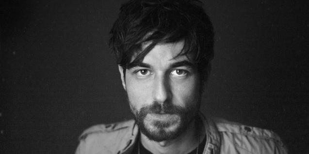 Un retrato en blanco y negro del músico Gonzalo Hernanz