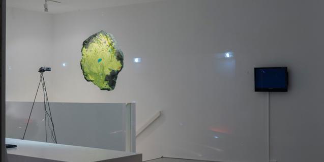 Una de les instal·lacions que formen part de l'exposició mostra una mena de roca suspesa en l'aire