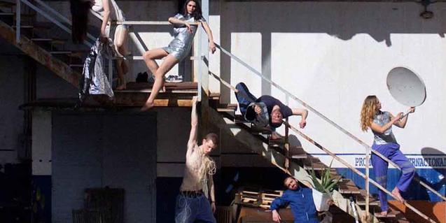 Els joves membres de la companyia retratas al voltant d'una escala