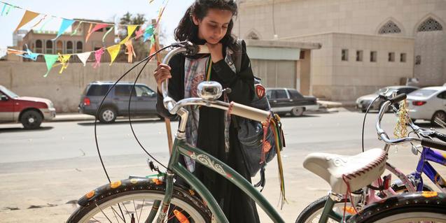 Fotograma de la pel·lícula on s'hi veu la protagonista mirant una bicicleta verda