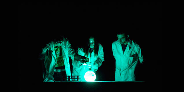 Imatge de científics de la companyia Big Van en plena actuació