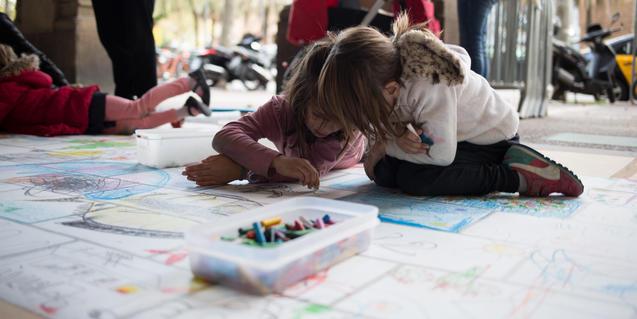 Petites artistes dibuixant amb llapis de colors.