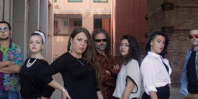 Los integrantes de esta banda multitudinaria de Nou Barris