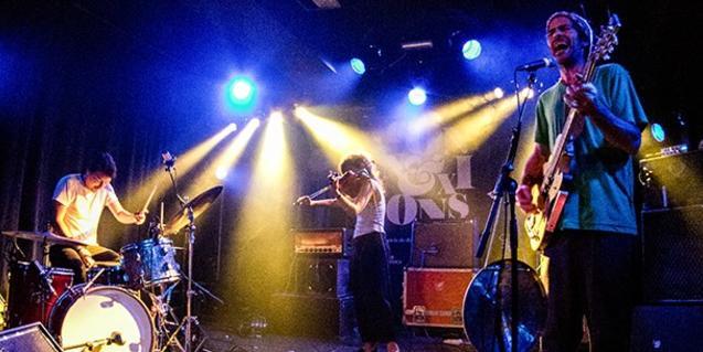 Los tres músicos de la formación subidos al escenario y bajo los focos durante una actuación