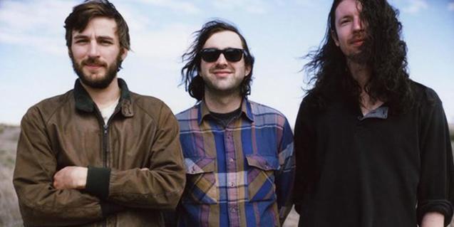 Retrato en exteriores de los tres integrantes de la banda