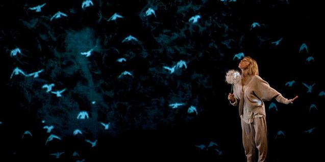 Fotografía del espectáculo, una de las bailarinas soplando una flor