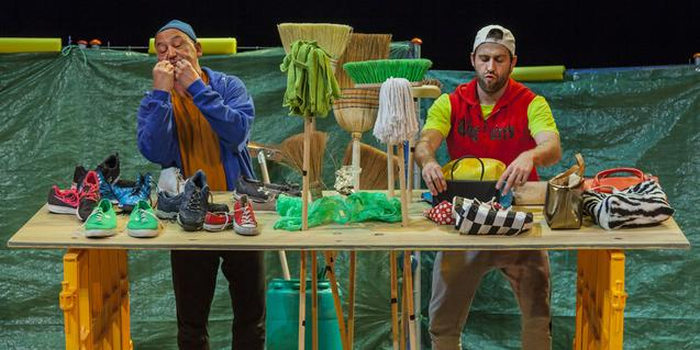 La parella protagonista prepara els elements de la funció.
