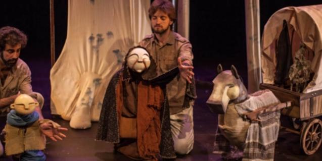 Fotografía del espectáculo con los títeres y actores en el escenario