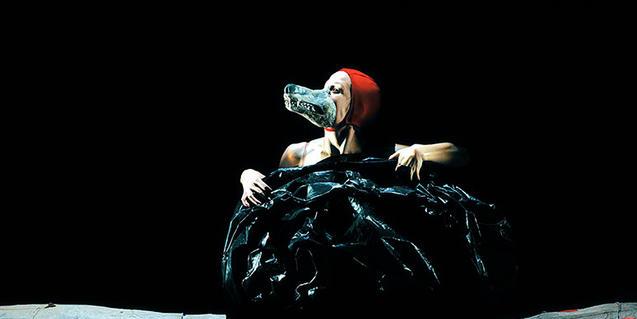 Fotografia de l'espectacle, l'actriu disfressada de llop