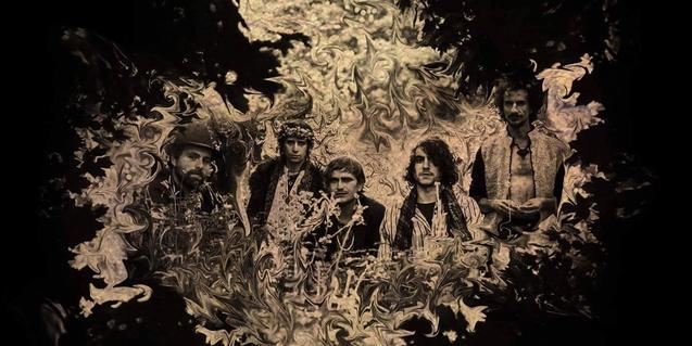 Retrat dels integrants de la banda, sobre un fons de fantasia psicodèlica