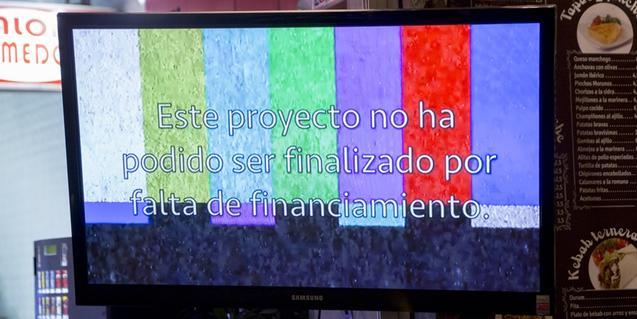 Una de les obres de l'exposició mostra una pantalla de televisió que emet una prova de color
