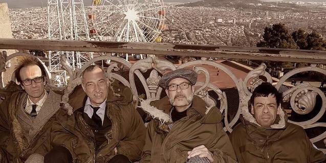 Los integrantes de la banda retratados en el mirador del Tibidabo con Barcelona de fondo