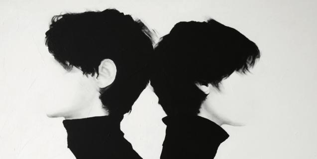Parte de una pintura del artista donde se ven dos figuras sin rostro vestidas de negro y espalda contra espalda