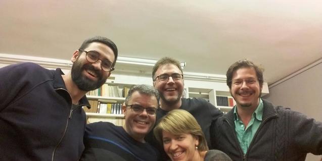 Retrat de grup dels músics del Quartet Brossa amb el poeta Josep Pedrals