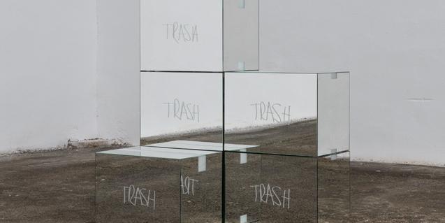 Un montón de cajas con superfície de espejo forman la instalación