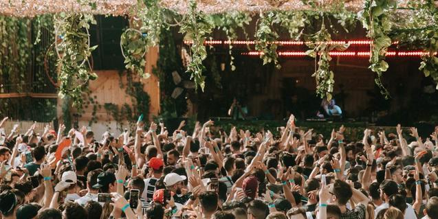 Una de les últimes edicions de la festa amb el públic ballant davant de l'escenari