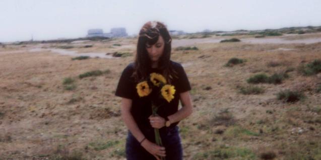 Retrato de la artista en la portada de uno de sus discos con unos girasoles en la mano