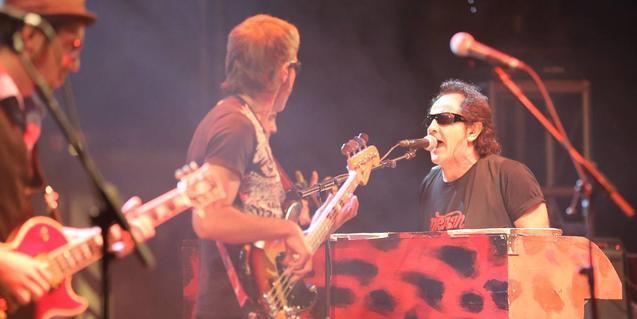 El grup està liderat pel cantant i teclista Johnny Burning