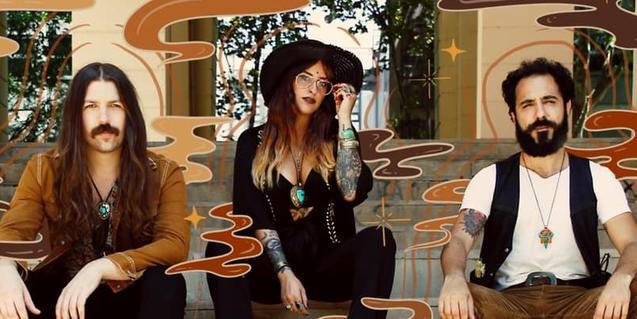 Els tres integrants de la banda retratats en un collage envoltats de formes psicodèliques