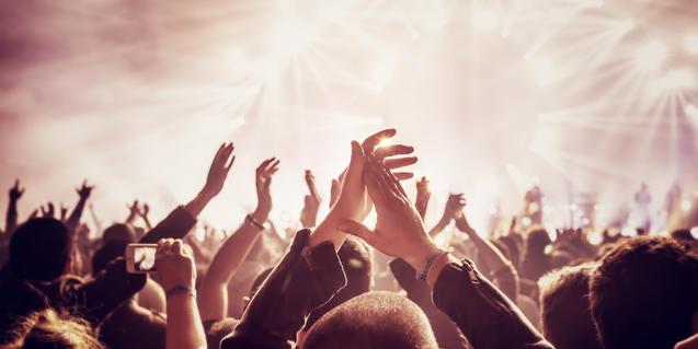 Persones aplaudint en un concert